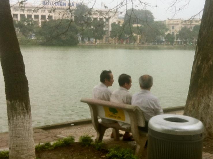 tre mænd ved søen